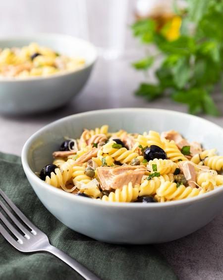 Ensalada de Fusilli con atún, alcaparras y menta. Receta fácil para comida o cena