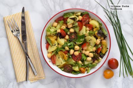 Ensalada de garbanzos, patata y tomates con aliño de mostaza. Receta saludable