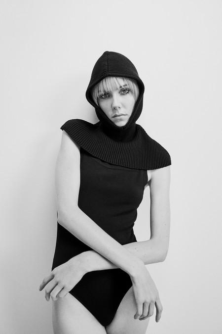 Magüi (de Paquita Salas) es una visionaria y su famoso look con capucha roja ya se puede comprar en Zara de color negro