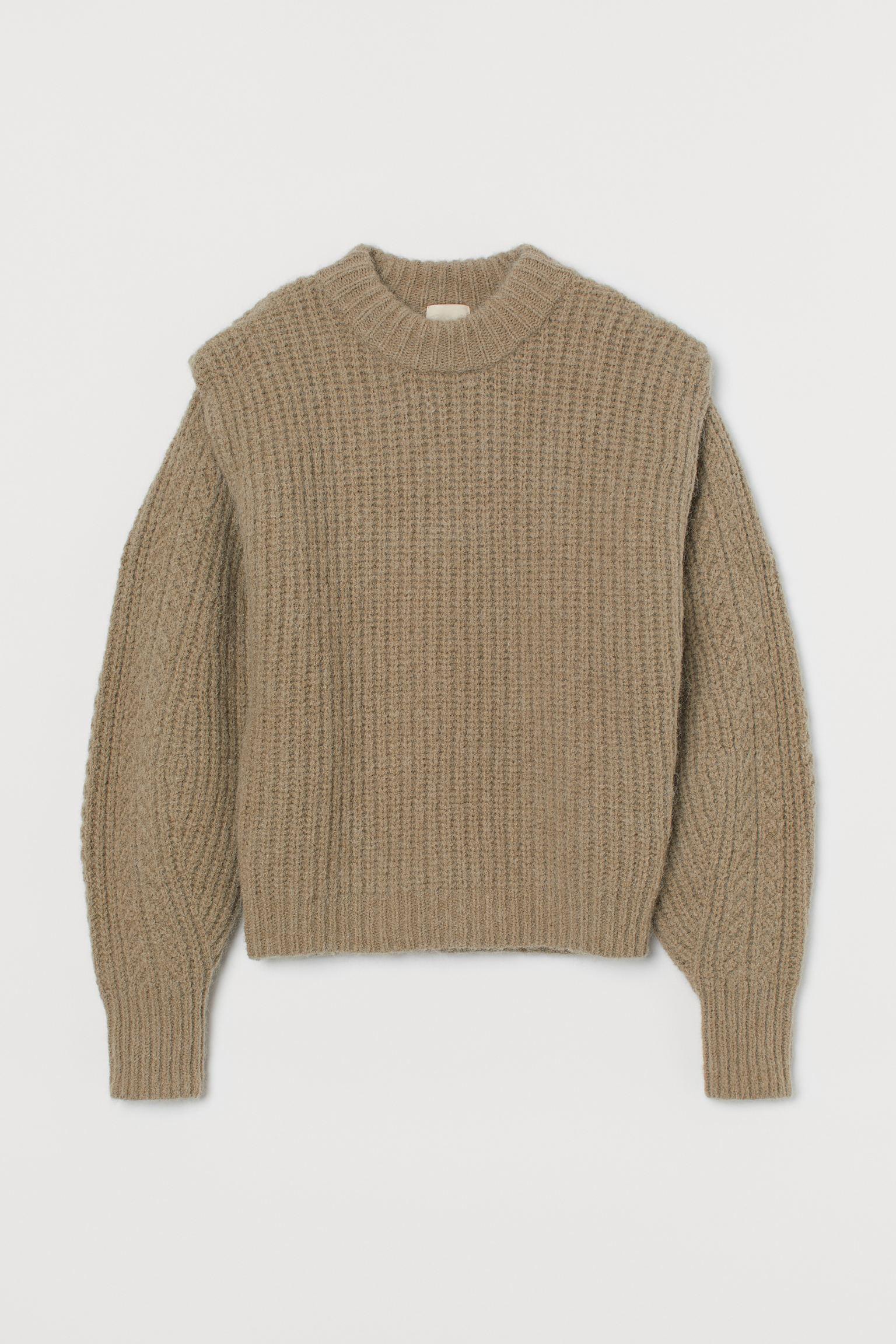 Jersey en punto de canalé suave con lana en la trama. Modelo con mangas amplias, detalle doblado en los hombros para una silueta definida y remate ancho de canalé en cuello, puños y bajo.