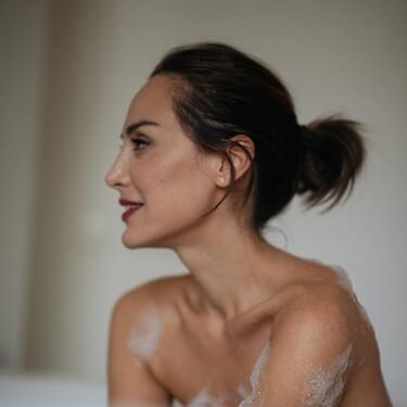 Gran apuesta al blanco, Tamara Falcó opta por un 'total look white' con un jersey de Mango y unas Converse de plataforma