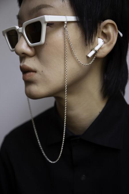 Esta cadena de plata o de perlas te permite tener bien cerca los AirPods y las gafas en todo momento