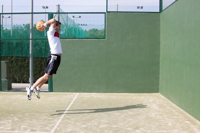 Lanzamiento balón medicinal con salto