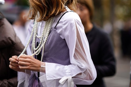 De joya de la abuela a complemento viral: siete looks que nos inspirarán para volver a sacar el collar de perlas del joyero