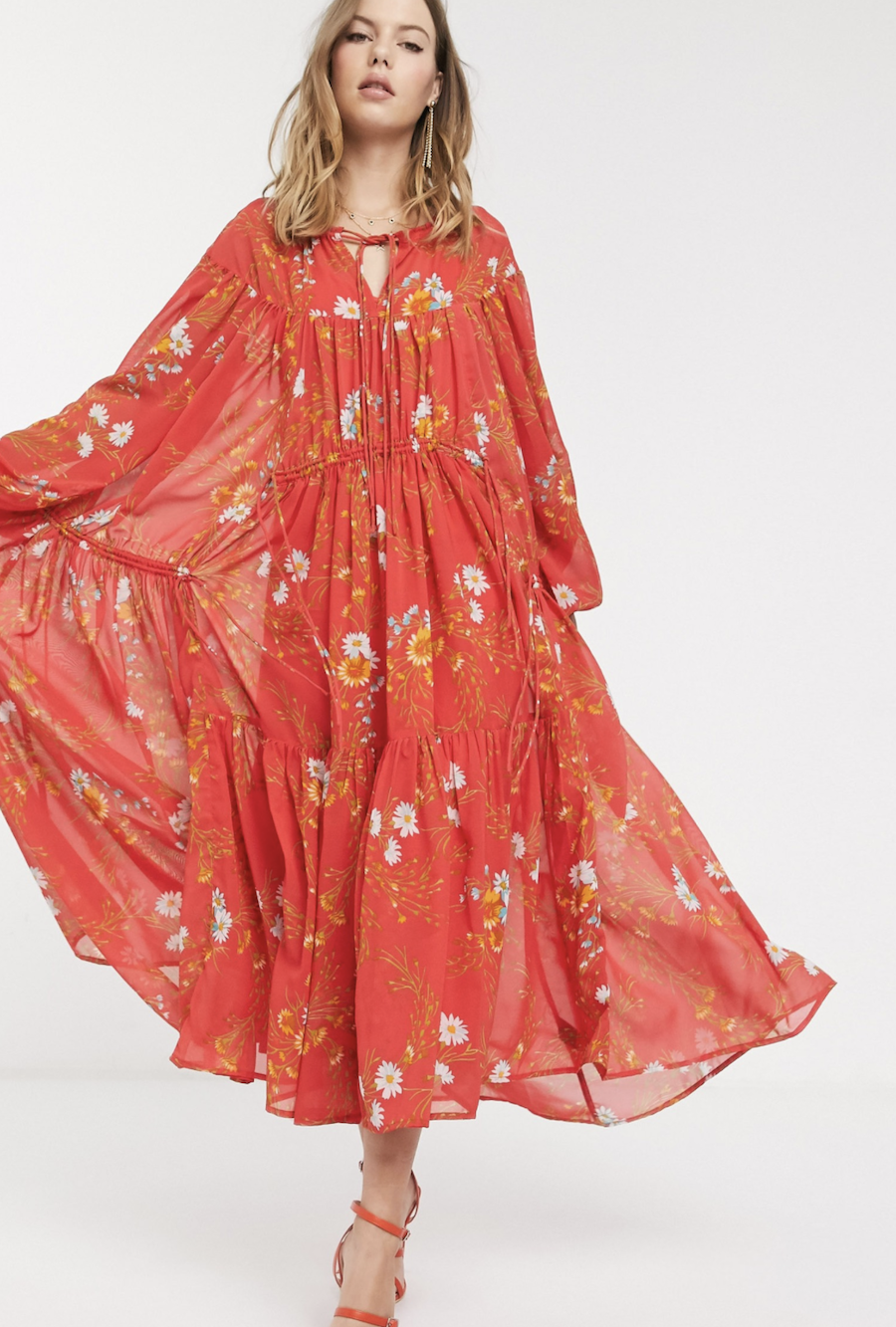 Vestido largo con diseño escalonado suave, estampado floral y detalle de cordón ajustable Eivissa de ASOS DESIGN