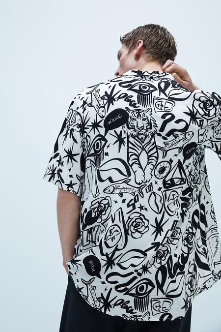 Zara sigue triunfando en nuestro armario con sus camisas de estampado artístico esta primavera