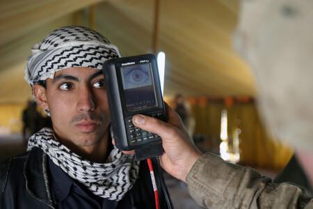 De prohibir los smartphones a usar WhatsApp y hacerse selfies en la conquista de Kabul: cómo ha cambiado el uso de la tecnología por los talibanes