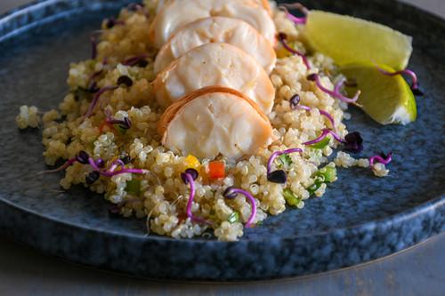 Ensalada de quinoa y langosta con vinagreta de lima, receta para una ocasión especial (o, simplemente, porque hoy es hoy)