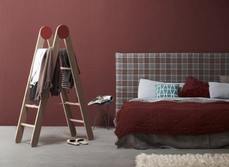 Una escalera como complemento para organizar la ropa en el dormitorio