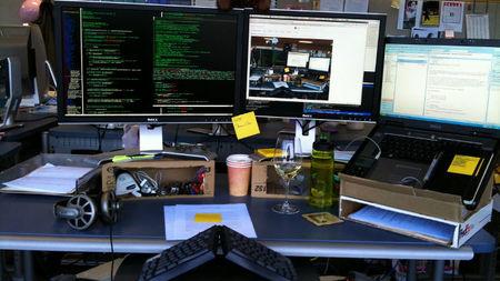 Si trabajas con dos pantallas, que estén a la misma altura