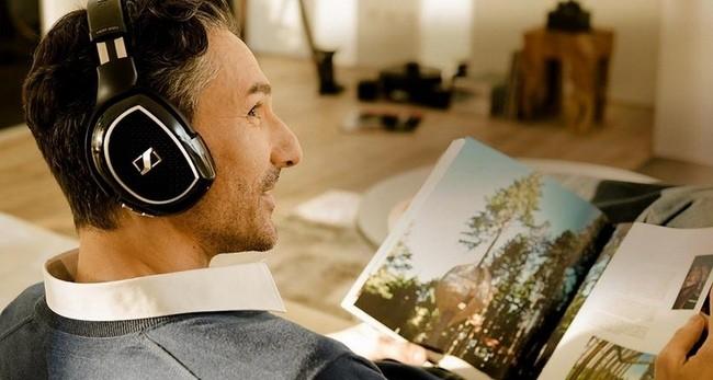 Hombre Usando Auriculares Sennheiser Portada 750x400