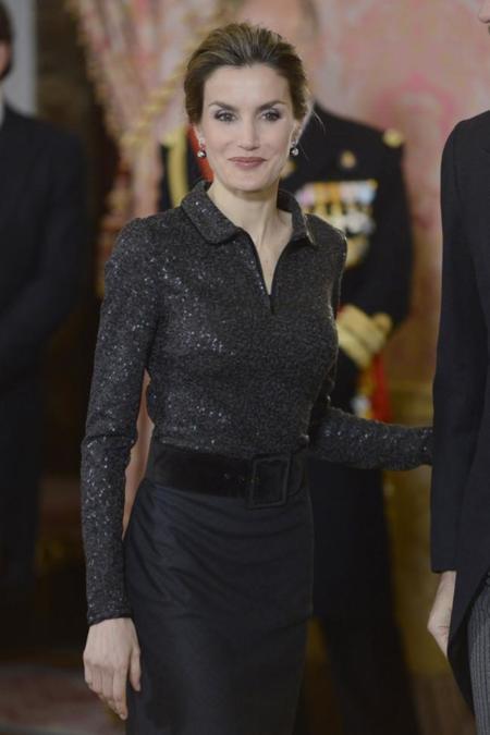 Doña Letizia recibe al cuerpo diplomático enfundada en un vestido negro. ¿Es el color que peor le sienta a la reina?