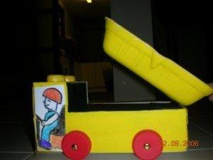 Un fantástico camión fabricado con material de desecho