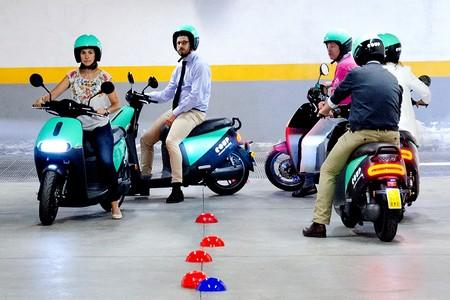 Hay gente que usa el motosharing sin saber montar en moto, así que COUP les da un curso y minutos de uso gratis