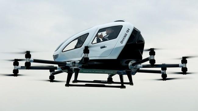 Fundador montado en su dron personal autónomo