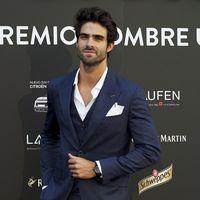 Juan Betancourt viste el desenfado más elegante para los premios Hombre Único en Madrid