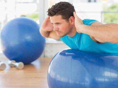 Cinco ejercicios para trabajar tu espalda con fitball