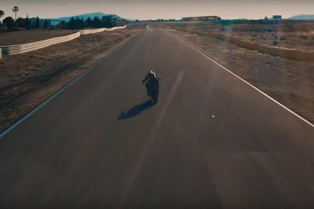 La nueva KTM Super Duke R dispara el hype con otro atronador teaser rodando en Almería