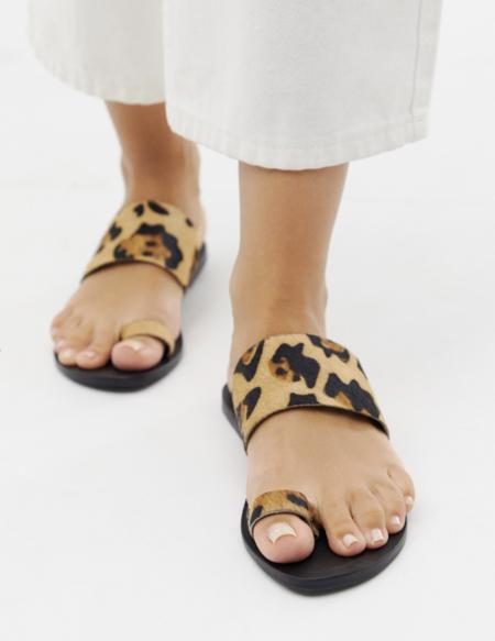 Sandalias Planas De Cuero Con Trabilla En El Dedo Y Estampado De Leopardo Faro De Asos Design Wide Fit