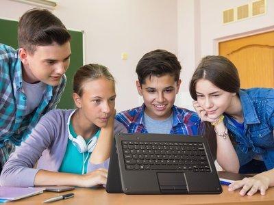 Llega la guerra a las aulas con Microsoft lanzando hasta 10 portátiles de bajo coste para plantar cara a los Chromebooks