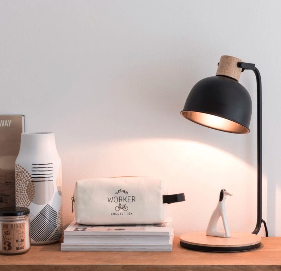 Lámpara de metal en negro y mango