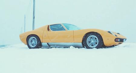 Este vídeo de un Lamborghini Miura en la nieve de los Alpes italianos es probablemente lo más bonito que verás hoy