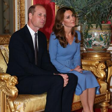 Kate Middleton escoge un vestido midi de corte clásico en azul para su primera visita en palacio desde el confinamiento