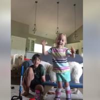 """""""¡Estoy caminando!"""": la alegría desbordada de una niña con parálisis cerebral dando sus primeros pasos, te emocionará"""