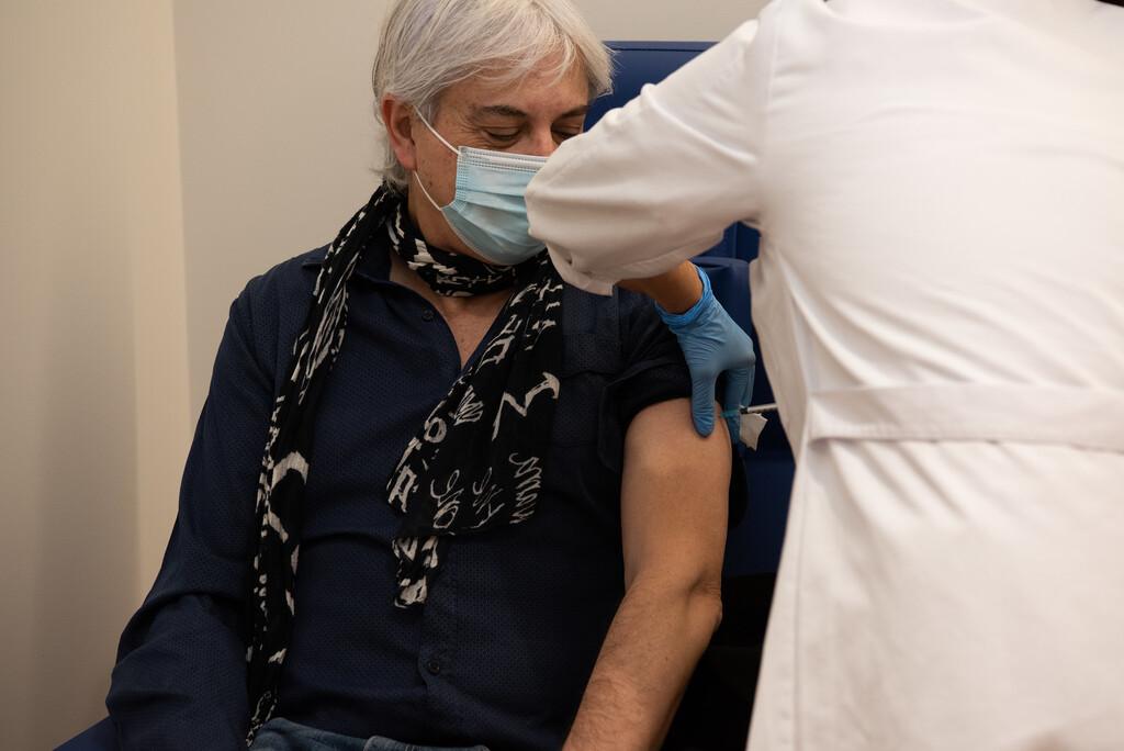 Mis padres, abuelos y familiares ya han sido vacunados y me pregunto si es seguro visitarlos: esto es lo que sabemos