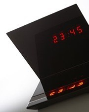 Reloj que refleja la hora sobre un espejo