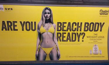 El anuncio en bikini que ha revolucionado el metro de Londres (amenaza de bomba incluida)