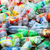 Otorgan patente a máquina colombiana que elabora ecoladrillos con botellas