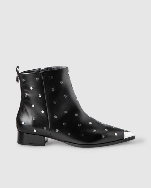 Botines de color negro con tachas