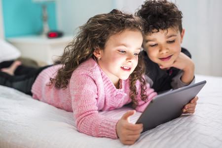 niños haciendo una videollamada