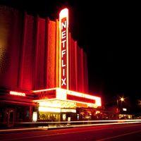 Netflix está considerando comprar salas de cine para proyectar sus propias películas, y tendría todo el sentido del mundo