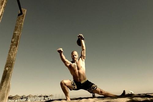 Vacaciones en la playa: un circuito de entrenamiento que puedes hacer sobre la arena