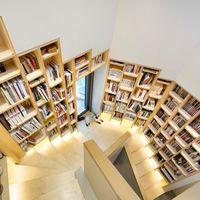 Lo más: Una casa singular con la biblioteca en la escalera