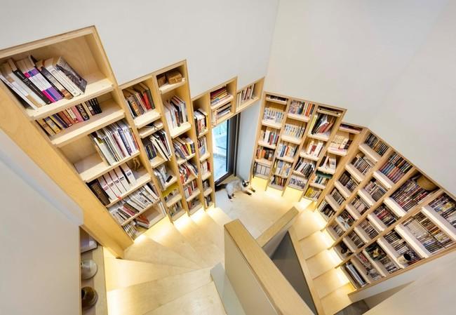 Casa con biblioteca en la escalera