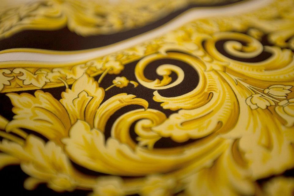 Foto de Versace se pone las pilas y re-edita sus clásicas camisas de seda estampadas  (1/8)