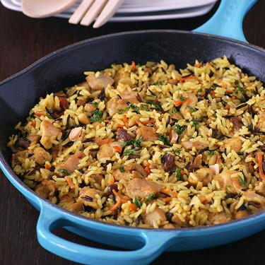 Pilaf de pollo con arroz salvaje y frutos secos: receta completa en una sartén