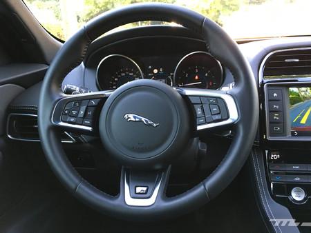 Jaguar F-PACE volante