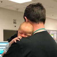 Pequeños gestos que valen mucho: un médico consuela en brazos a un bebé mientras a su madre le hacían pruebas