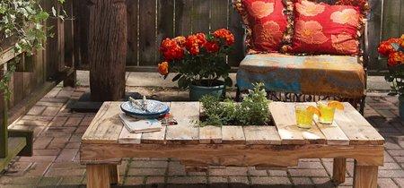 Un macetero con listones y una mesa con palés: dos proyectos DIY para acondicionar tu jardín