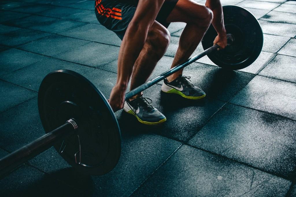 Peso muerto: las variantes más exigentes de este ejercicio para entrenar la cadena posterior