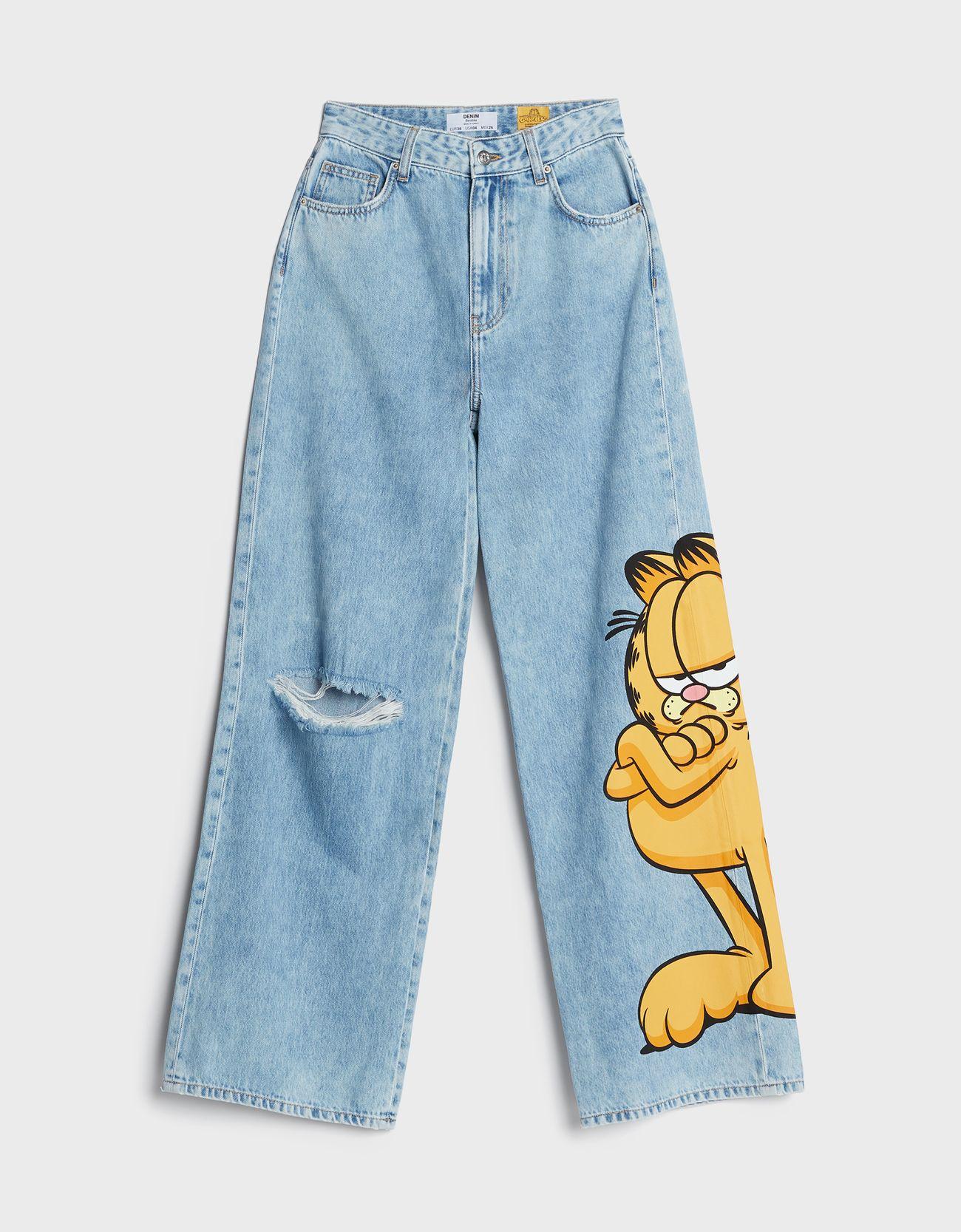 Jeans acampanados con Garfield en una de las perneras.
