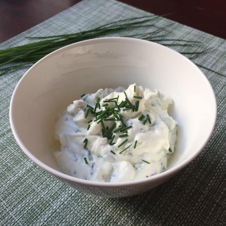 Dip cremoso de queso crema con anchoas y cebollín. Receta fácil para picar mientras ves la tele