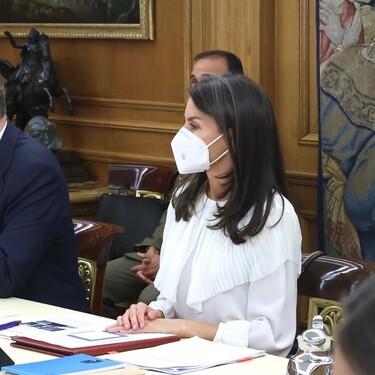 La reina Letizia recupera una preciosa blusa de Massimo Dutti que es ideal para completar un look de oficina