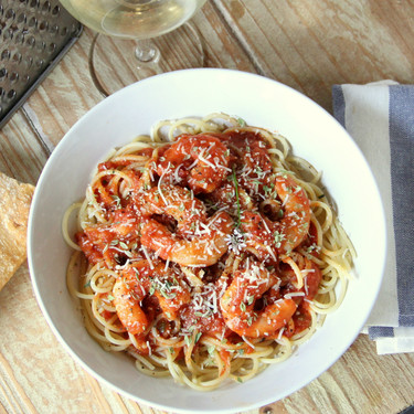 Espaguetis con salsa de tomate y gambas, receta de pasta sencilla y llena de sabor