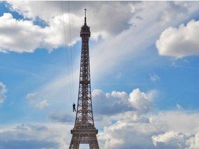 Si apuras aún puedes lanzarte en tirolina desde la Torre Eiffel