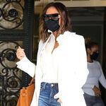 Americana blanca y vaqueros de campana: el look definitivo de la primavera que propone Victoria Beckham